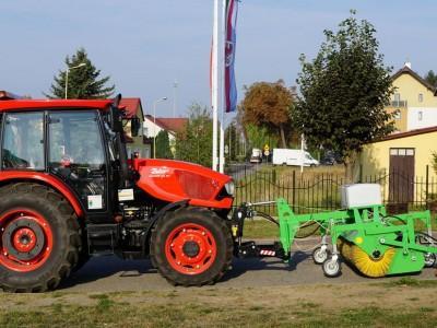traktor z maszyną czyszczącą