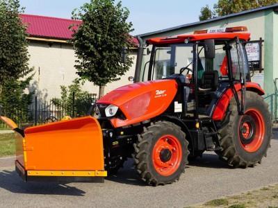 traktor z pomarańczowym pługiem